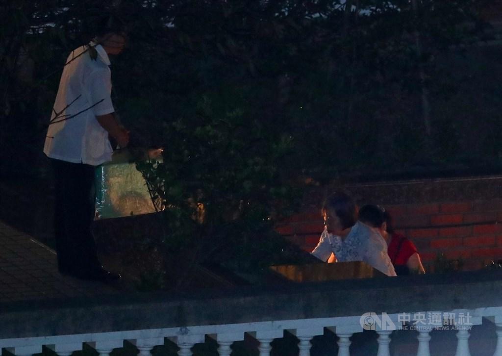 前總統李登輝30日晚間於台北榮總病逝,深夜移靈。李登輝夫人曾文惠(前右)先行返抵翠山莊,緩步爬上門前階梯。中央社記者王騰毅攝 109年7月30日