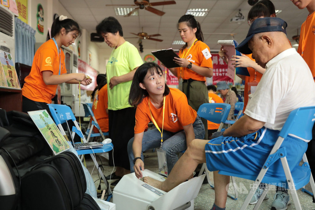 台北醫學大學楓杏醫療服務隊30日起展開澎湖離偏鄉的巡迴義診,同時展開獨居老人深度關懷計畫,發掘需要關懷的獨居個案,以轉介相關單位。中央社 109年7月30日