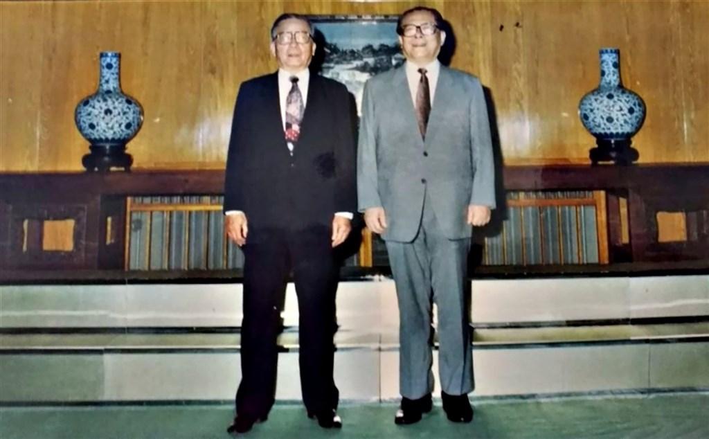 外傳前總統李登輝1990年代主政期間,兩岸曾派出密使在香港會晤。消息人士透露,同期還有一個名為「長流計畫」的行動,也試圖促進兩岸交往、降低敵意,而香港資深報人卜少夫曾擔任計畫的中間人。圖為1992年6月卜少夫(左)赴北京中南海,和時任中共總書記的江澤民會面留影。(消息人士提供)中央社 109年7月30日