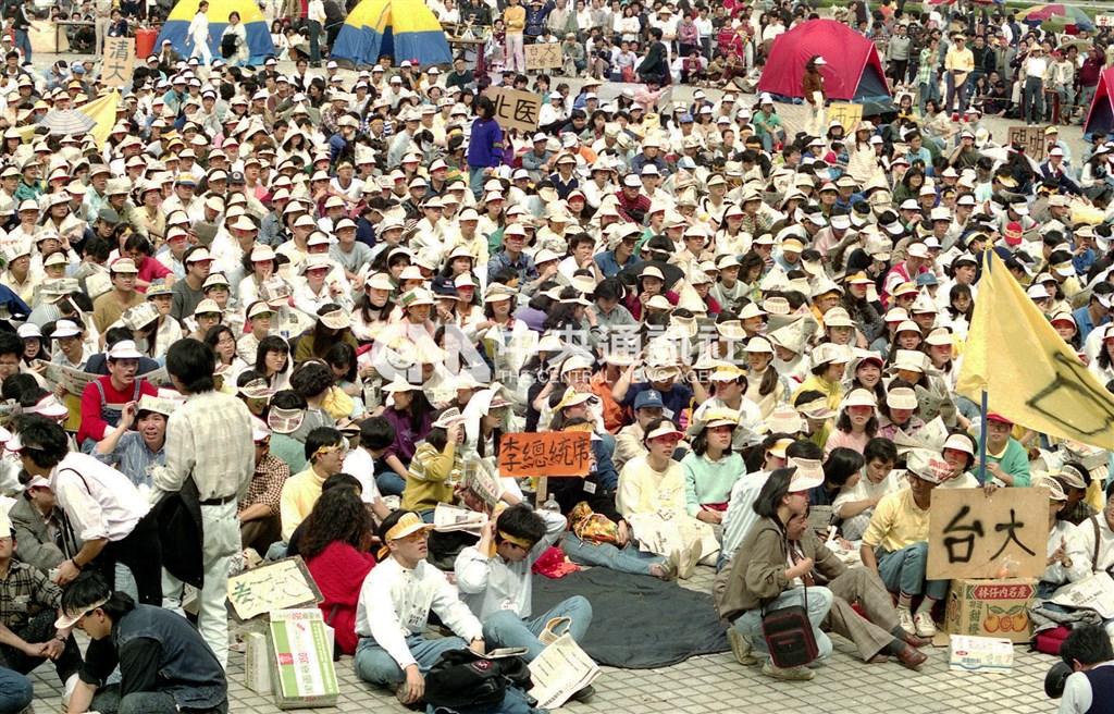 1990年國代延任案引發青年學子不滿發起抗議行動,後來演變成集結於中正紀念堂的「野百合學運」。圖為學生在廣場設置「李登輝席」,邀時任總統李登輝和學生坐在一起。(中央社檔案照片)