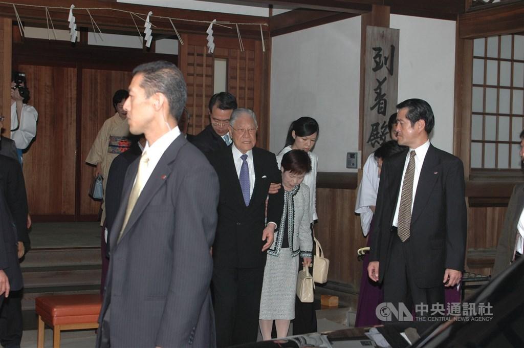 中華民國前總統李登輝(中)2007年前往位於東京九段下的靖國神社,追思被祭奉在神社內的胞兄李登欽後步出神社的大殿,了卻心願。(中央社檔案照片)