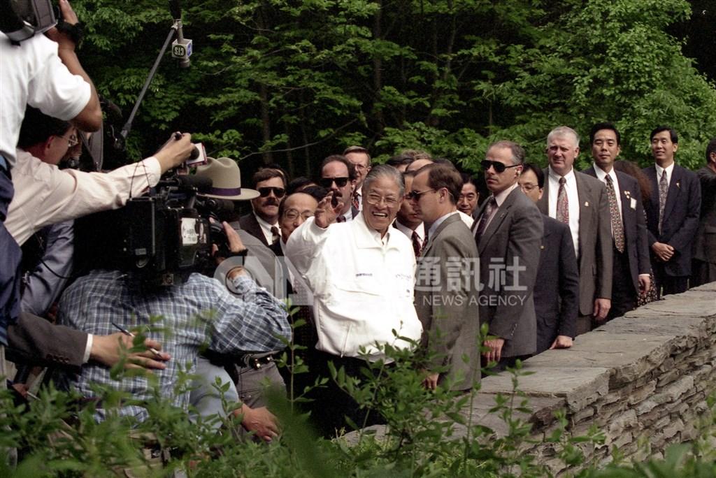 前總統李登輝1995年訪問美國,事後引發北京強烈反彈,遂有台灣海峽飛彈危機。圖為李登輝(中)當年訪問母校康乃爾大學,漫步在校園畢比湖畔的一座橋上,賞覽校園美景,同時以手勢示意請現場採訪的媒體記者為他這次訪問打個分數。(中央社檔案照片)