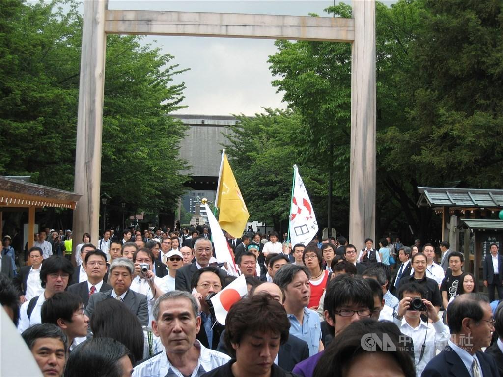 前總統李登輝2007年進入靖國神社祭拜胞兄李登欽,支持者湧現神社廣場。(中央社檔案照片)