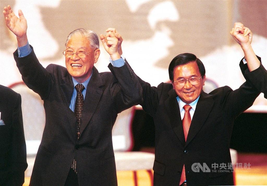 前總統李登輝縱橫政壇超過半世紀,與前總統陳水扁的關係從情同父子到反目成仇。圖為2001年6月16日陳水扁(右)和李登輝(左)同台出席「台灣北社」成立大會。(中央社檔案照片)