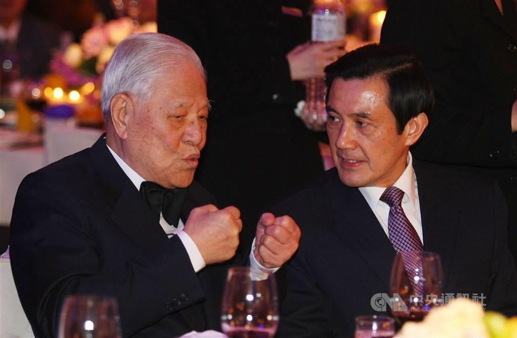 前總統李登輝(左)30日辭世,享耆壽98歲。前總統馬英九(右)辦公室表示,李登輝對台灣民主有其貢獻;雖然李登輝卸任後,政治理念發生巨大轉變,馬英九仍感念他對國家的付出。(中央社檔案照片)