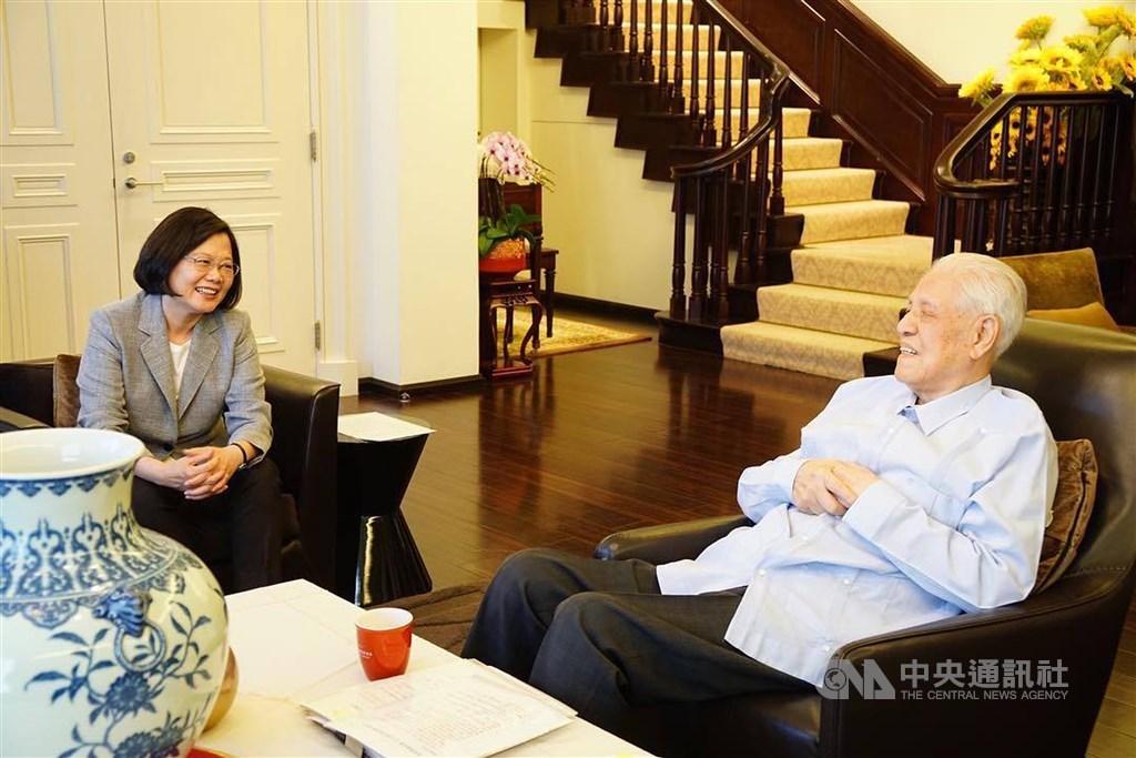 前總統李登輝(右)30日晚間辭世,總統蔡英文(左)表示,李登輝是時代的開創者,是領導台灣前進的人,雖然離世,但把民主和自由留給台灣,這樣的精神,將引領新時代的台灣人,勇敢面對下一階段考驗。(中央社檔案照片)