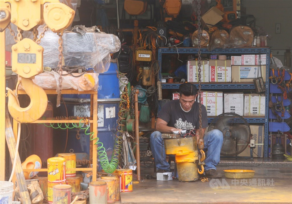 台經院30日發布製造業景氣燈號,6月製造業燈號續亮代表衰退的藍燈,預估下半年景氣燈號將轉為黃藍燈,製造業正逐步復甦。(中央社檔案照片)