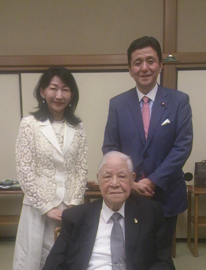 日本許多政界、財經界人士對李登輝(前)相當尊敬。日本首相安倍晉三胞弟、眾議員岸信夫(後右)30日晚間在臉書上傳他與李登輝的合照並發文致哀。(圖取自岸信夫臉書facebook.com)