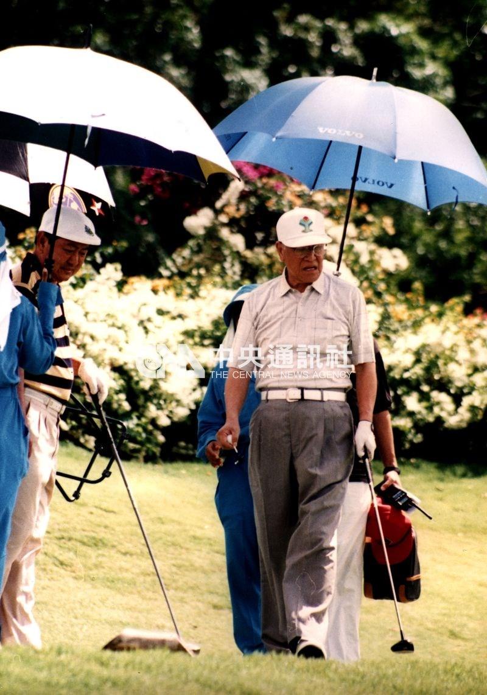 李登輝1994年再度出訪東南亞,以「度假外交」的方式訪問菲律賓、印尼、泰國等非邦交國。圖為李登輝(前右)1994年2月14日在泰國與泰國副總理林日光(左)進行一場球敘。(中央社檔案照片)