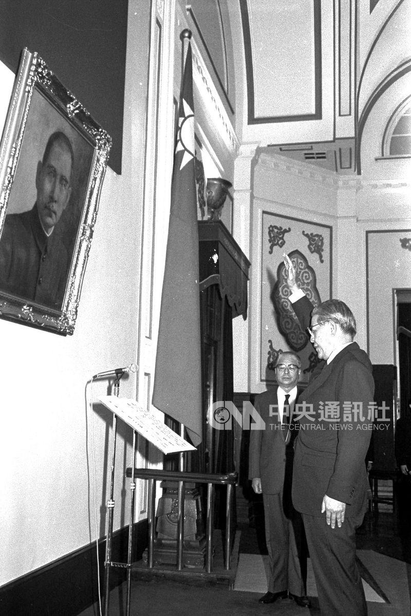 1988年蔣經國過世,李登輝繼任總統。圖為李登輝宣誓繼任中華民國第7任總統。(中央社檔案照片)