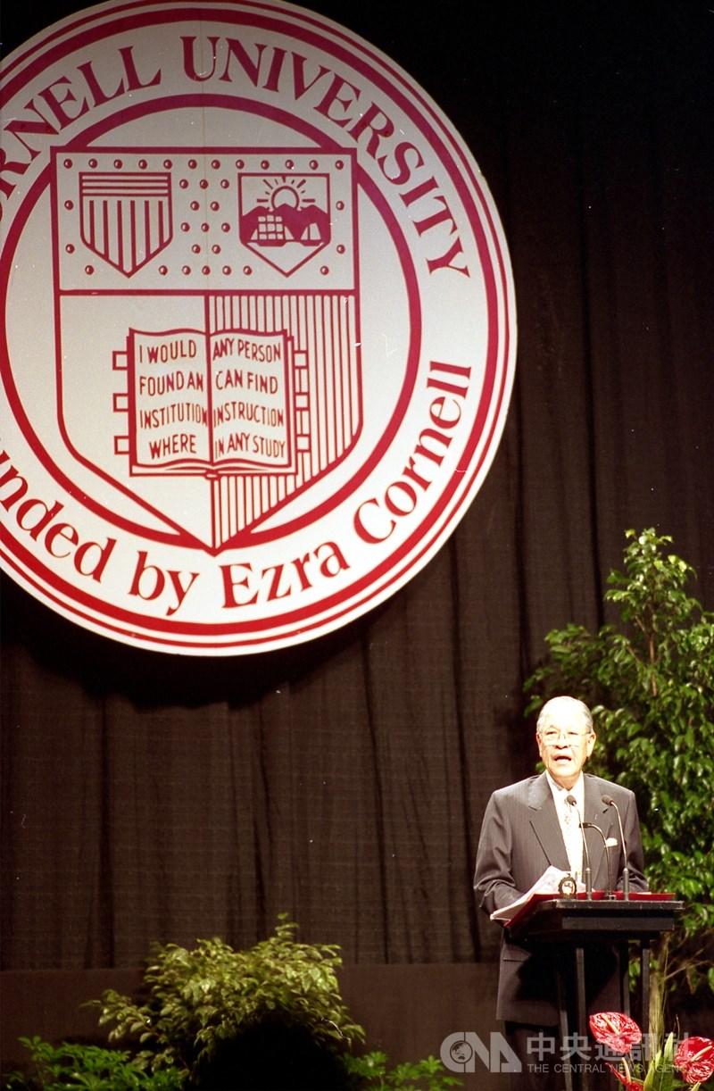 1995年6月,李登輝(左1)踏上美國本土,並在母校康乃爾大學以「民之所欲,長在我心」發表公開演講。這場演講登上國際媒體版面,隨後掀起台海飛彈危機。(中央社檔案照片)