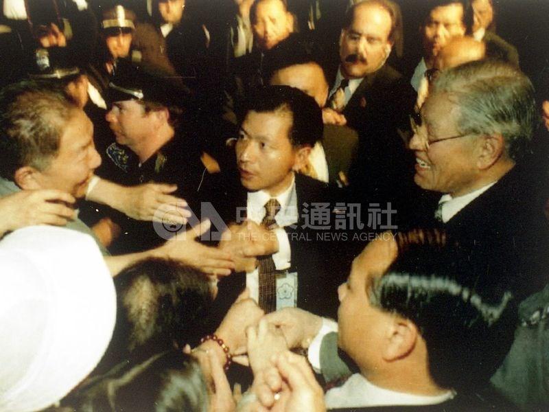 李登輝1995年6月在母校康乃爾大學發表公開演講後,受到聽眾熱情的包圍。(中央社檔案照片)