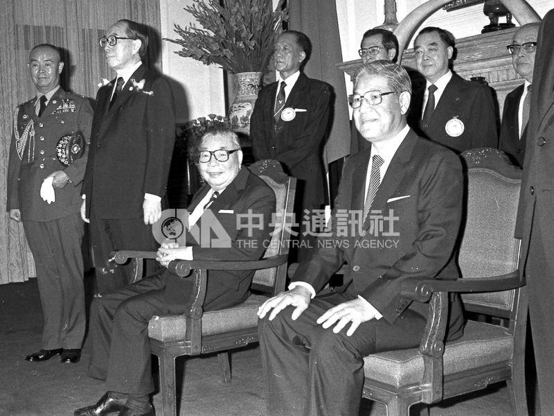 李登輝(前右)獲蔣經國(前左)提拔,仕途一路順遂。圖為1984年蔣經國、李登輝宣誓就任中華民國第7任總統、副總統後,在總統府大禮堂接受駐華使節及訪華外賓的覲賀。(中央社檔案照片)