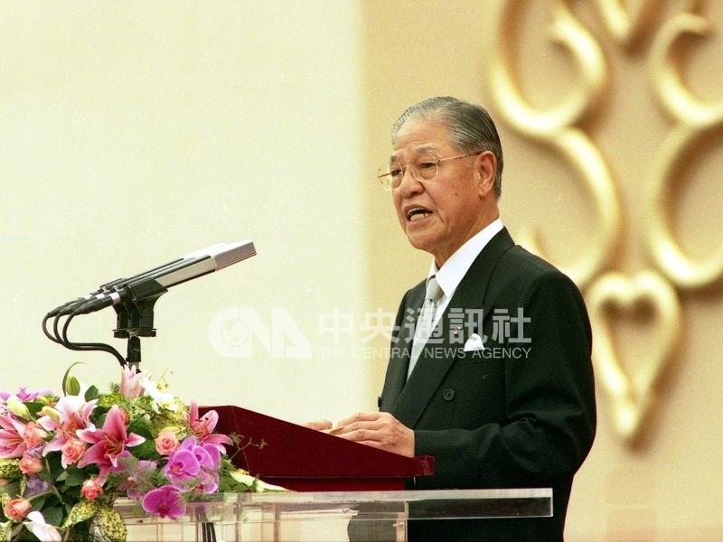 前總統李登輝從政數十年,從威權走到民主,做為台灣第一位民選總統,在台灣關鍵年代扮演舵手。圖為1996年李登輝發表就職演說。(中央社檔案照片)