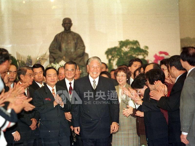 2000年3月李登輝辭去國民黨主席職務,由代理主席連戰及中常委陪同到一樓大廳,大廳早有大批黨工夾道歡送。(中央社檔案照片)