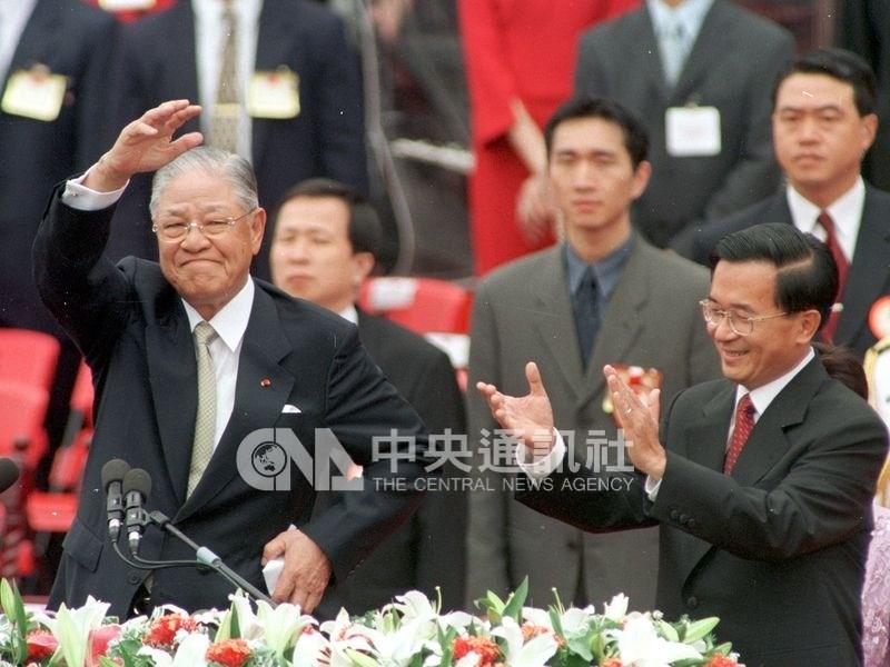 2000年民進黨提名的陳水扁(前右)贏得總統大選,李登輝(前左)在政權和平轉移中卸任。(中央社檔案照片)
