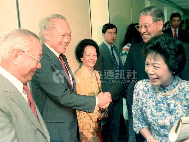 1989年3月,李登輝應時任新加坡總理李光耀之邀,訪問星國。這是李登輝首度以總統身份出訪,並創下台灣總統訪問非邦交國的先例。圖為李登輝夫婦(右)結束訪問新加坡,新加坡總理李光耀(左2)到機場送行。(中央社檔案照片)
