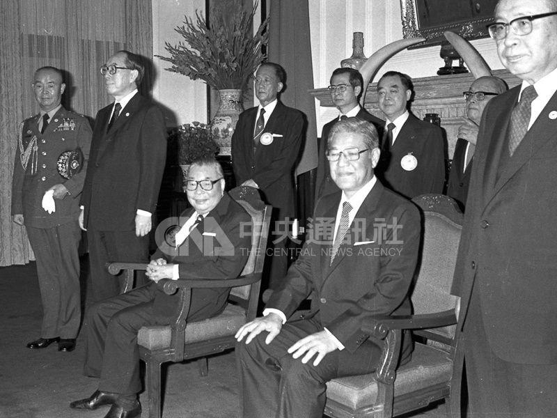 1984年李登輝就任副總統。圖為蔣經國(前左3)及李登輝(前右2)宣誓就任中華民國第7任總統、副總統後,在總統府大禮堂,接受駐華使節及訪華外賓的覲賀。(中央社檔案照片)