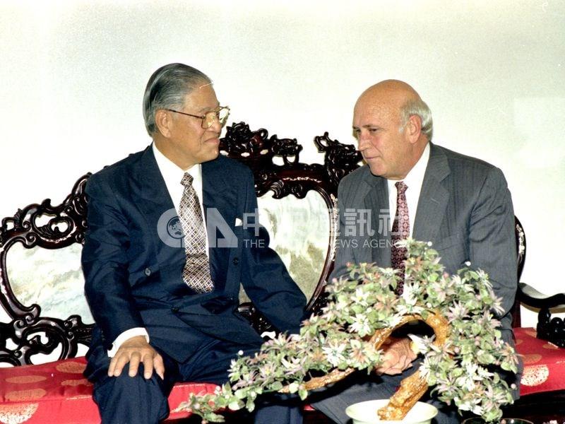 1994年5月,李登輝(右)訪問當時的邦交國哥斯大黎加、南非,參加兩國總統就職典禮。圖為李登輝1994年5月11日晚間前往南非總統府拜會南非新任總統曼德拉(左)。(中央社檔案照片)