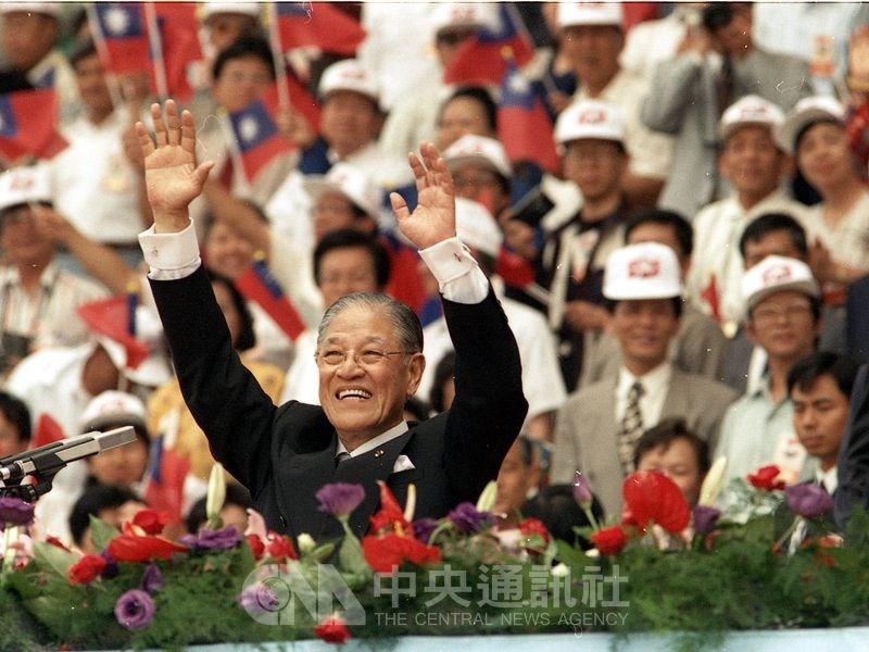 1996年首次由公民直選總統副總統,李登輝(前)、連戰當選,就職典禮在桃園縣立體育場舉行,李登輝舉雙手向表演人員及觀眾致意。(中央社檔案照片)