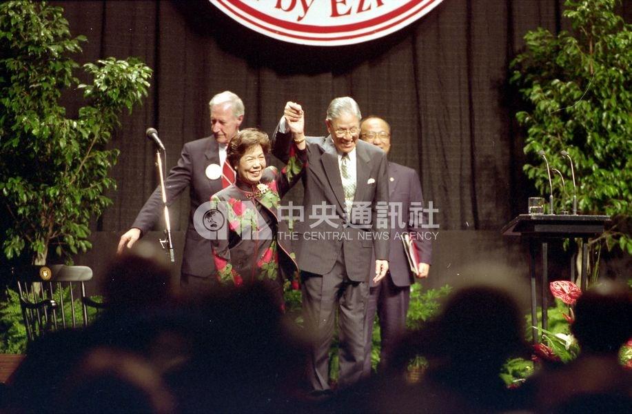 1995年李登輝以總統身分訪美,在母校康乃爾大學發表演講。圖為李登輝(前右)及夫人曾文惠(前左)在台上向在場人士致意。(中央社檔案照片)