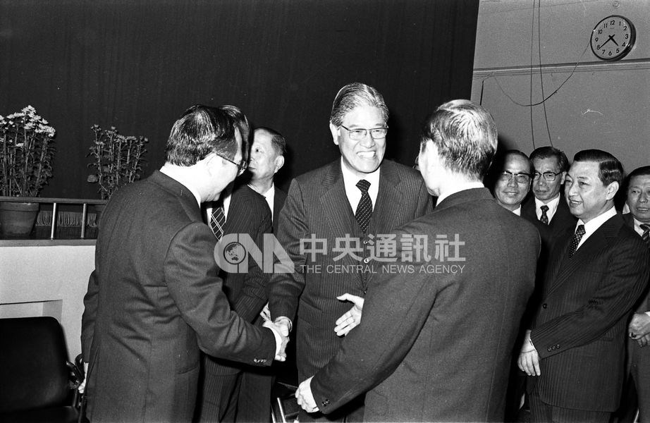 1981年李登輝就任台灣省主席。圖為李登輝出席國民黨台北市黨部新春聯誼茶會。(中央社檔案照片)