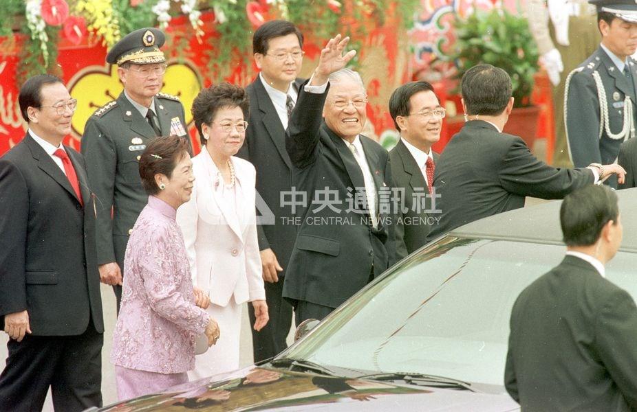 2000年5月李登輝卸任總統。圖為新任總統陳水扁(紅領帶者)、副總統呂秀蓮(淺粉套裝者)宣誓就職後,在總統府前為卸任總統李登輝(揮手者)及夫人曾文惠(粉色套裝者)送行。(中央社檔案照片)