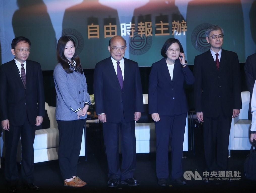 總統蔡英文(右2)31日上午在自由時報廣場出席2020台灣資本市場論壇開幕式,致詞後與行政院長蘇貞昌(中)等與會貴賓合影。中央社記者鄭傑文攝 109年7月31日
