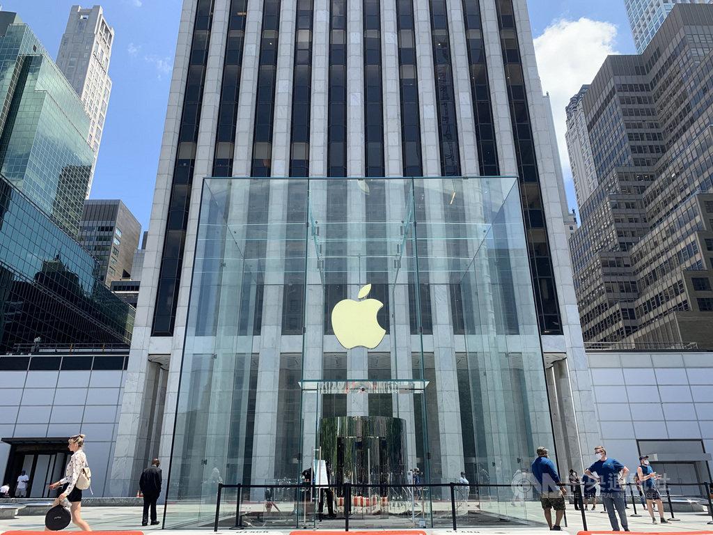 紐約新型冠狀病毒疫情趨緩,蘋果公司門市隨經濟重啟恢復營業。圖為7月9日曼哈頓第五大道蘋果直營店景象。中央社記者尹俊傑紐約攝  109年7月31日