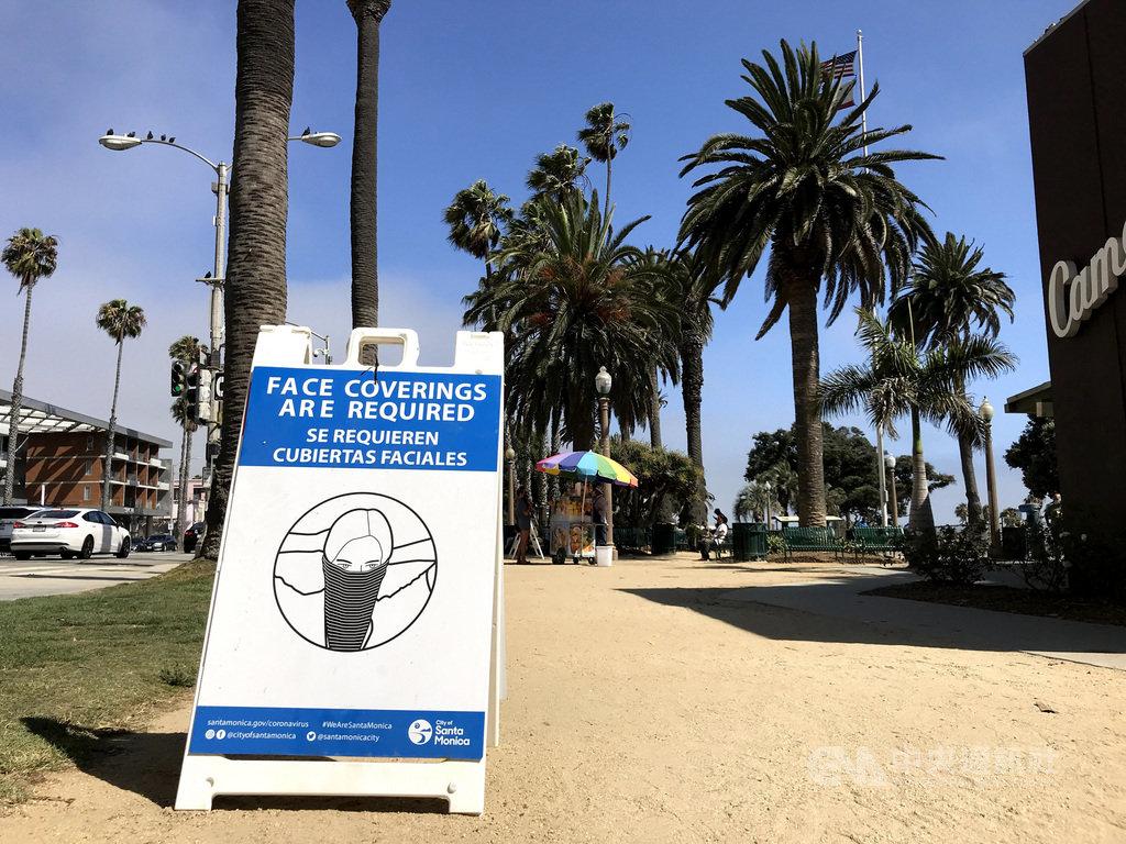 美國加州6月下達命令,要求居民在公開場合戴口罩。圖為海灘旁的標語,提醒民眾戴口罩。中央社記者林宏翰洛杉磯攝  109年7月31日
