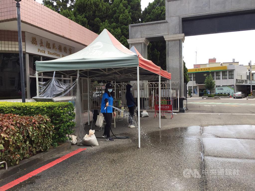 受東南風過台灣山脈後的沉降增溫影響,中央氣象局金門氣象站31日中午一度測得攝氏39.1度高溫,民眾朝地面灑水降溫。中央社 109年7月31日