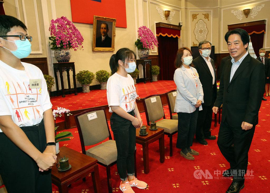 副總統賴清德(右)31日接見第20屆保德信青少年志工菁英獎傑出志工獎得主,期勉獲獎者持續發揮良善的力量,讓台灣成為良善的社會及國家。中央社記者郭日曉攝 109年7月31日