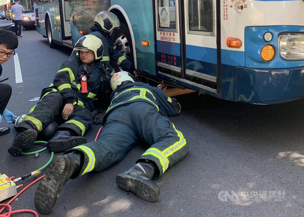 台北市警消31日下午2時許獲報,在復興北路附近巷口發生車禍,派員到場發現一名女性機車騎士倒地,躺臥在公車前方輪胎下,立即動用器具救人,傷者送醫時已無呼吸心跳;車禍確切肇因仍待釐清。(民眾提供)中央社記者劉建邦傳真 109年7月31日