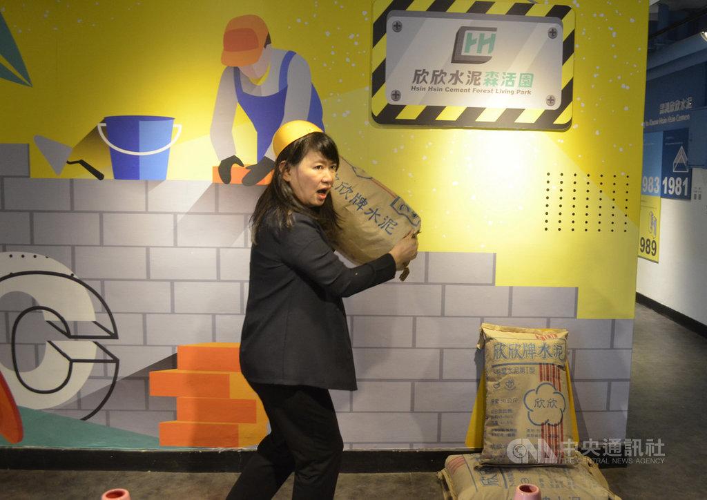 欣欣水泥嘉義工廠轉型觀光工廠「欣欣水泥森活園」,展示水泥從採礦到生產的過程,最吸睛的是讓遊客模擬「做工的人」,肩扛50公斤道具水泥袋,在打卡牆前拍照。中央社記者蔡智明攝  109年7月31日