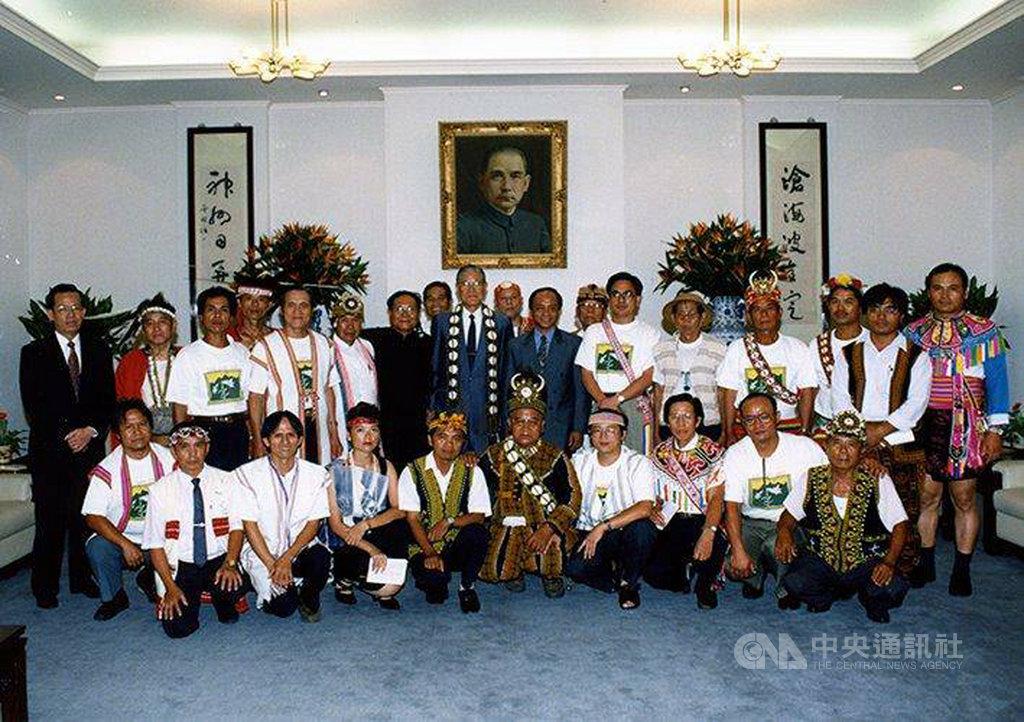原民會指出,前總統李登輝(2排左7)1994年7月曾親訪後來正名的屏東原住民族文化園區,首度以國家元首身分表態稱呼「原住民」,同年7月28日修憲表決通過「山胞」正名為「原住民」。(原民會提供)中央社記者楊淑閔傳真 109年7月31日