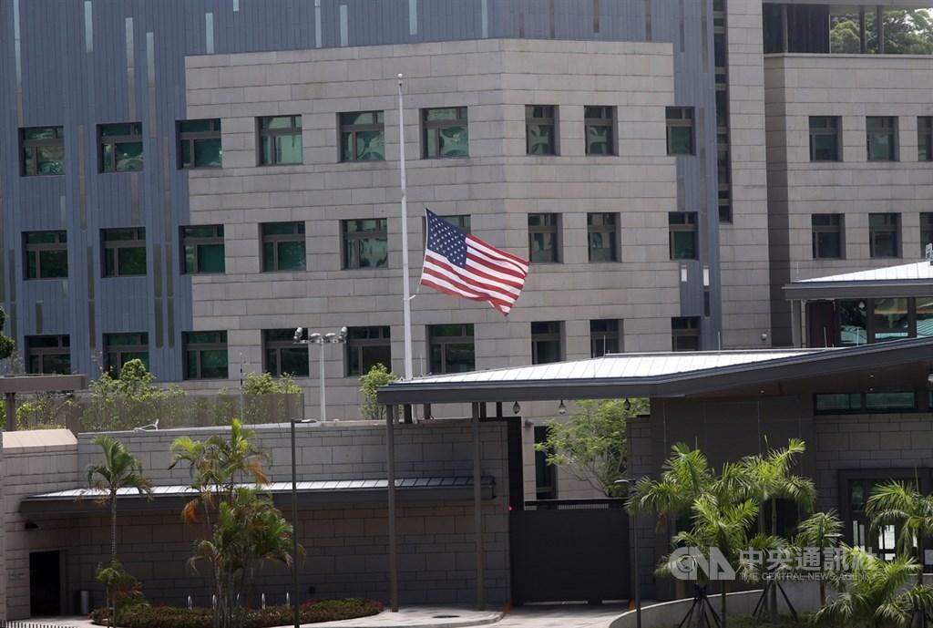 前總統李登輝30日辭世,美國、澳洲、加拿大、法國等駐台館處31日紛致哀。圖為美國在台協會降半旗哀悼。中央社記者鄭傑文攝 109年7月31日