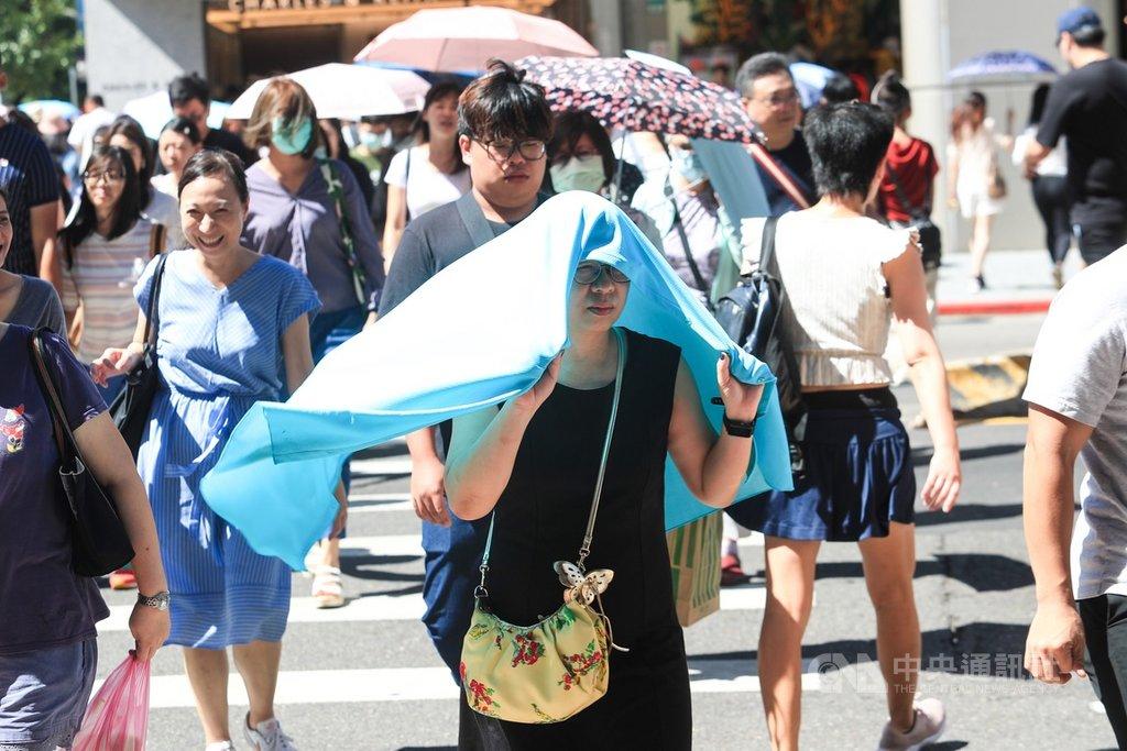 中央氣象局統計,7月截至30日的平均氣溫達攝氏30.04度,恐創下西元1947年來各月均溫新高紀錄。中央社記者吳家昇攝 109年7月31日
