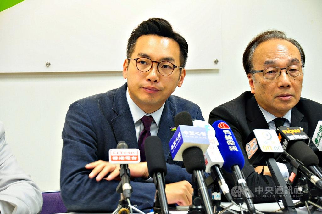香港公民黨立法會議員楊岳橋(左)說,港府在外傳可能延後選舉下,仍大規模取消泛民主派參選人資格(DQ),不知是否想藉此讓某些議員無法於立法會出現「空窗期」時,出席緊急會議。圖為楊岳橋2019年11月時出席記者會。中央社記者沈朋達香港攝 109年7月31日