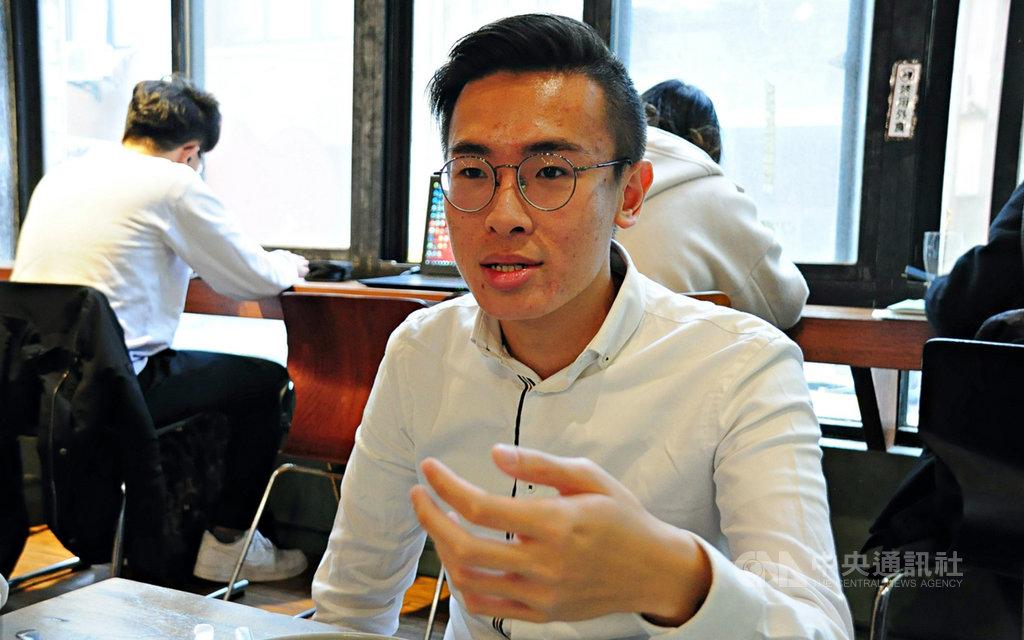 參選香港立法會的抗爭派區議員梁晃維30日遭選舉主任取消參選資格(DQ),他指大規模DQ讓議會路線似已到盡頭。圖為梁晃維1月來台觀選。中央社記者沈朋達攝 109年7月31日