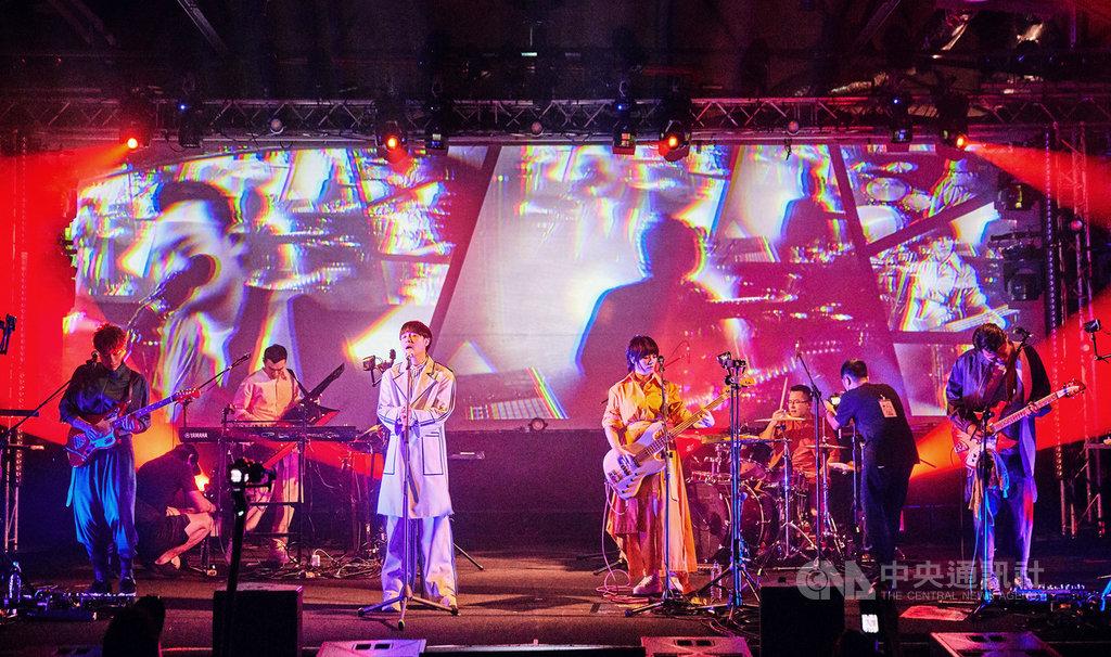 樂團蘇打綠成員休團3年後合體,以分身樂團「魚丁糸」重新站上舞台,31日晚間在台北華山Legacy舉辦「魚丁糸Follow Me 演唱會」。(環球音樂提供)中央社記者王心妤傳真 109年7月31日
