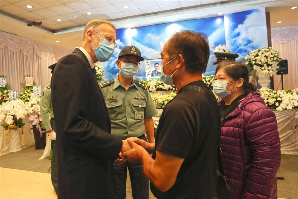 美國在台協會處長酈英傑(前左)30日出席陸軍航特部殉職飛官簡任專及高嘉隆聯合公奠。(國防部提供)