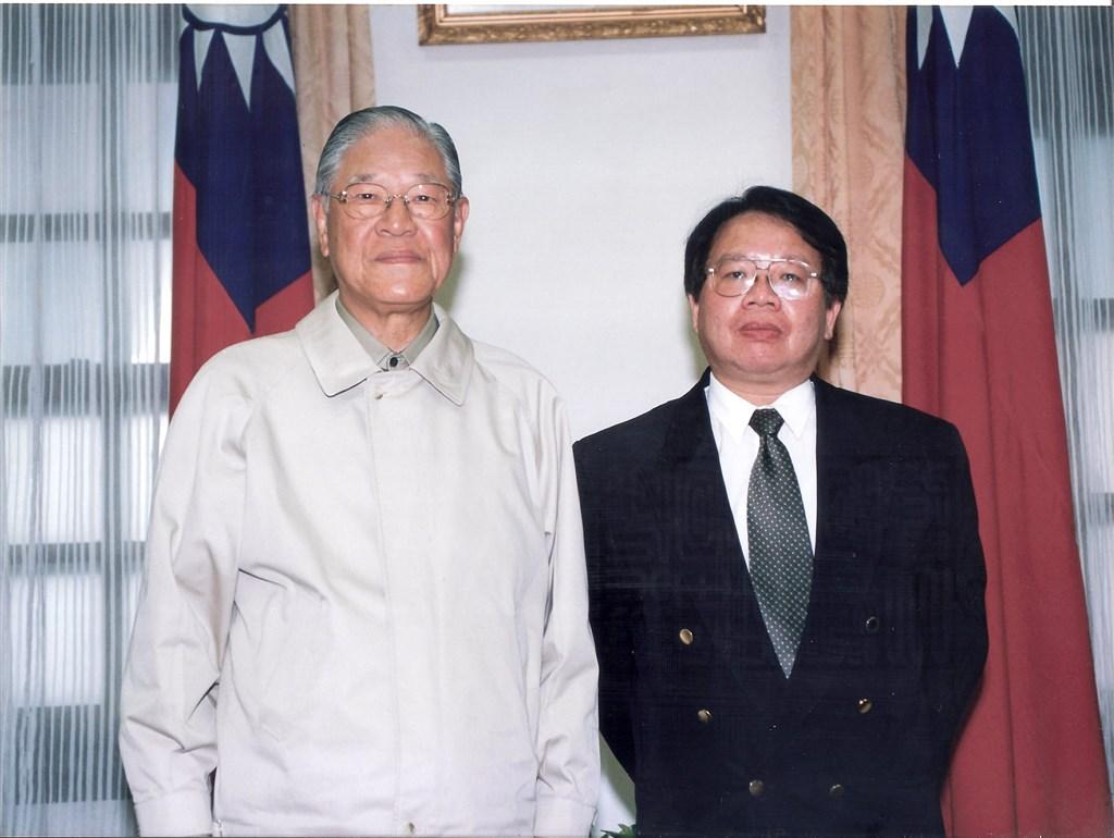 前總統李登輝(左)辭世,曾任幕僚的張榮豐(右)31日表示,李登輝強調台灣只有民主化才有前途,留給台灣最寶貴的資產就是建立直接民主制度。圖為2000年李登輝卸任前與張榮豐合影。(圖取自facebook.com/Michael.JF.Chang)