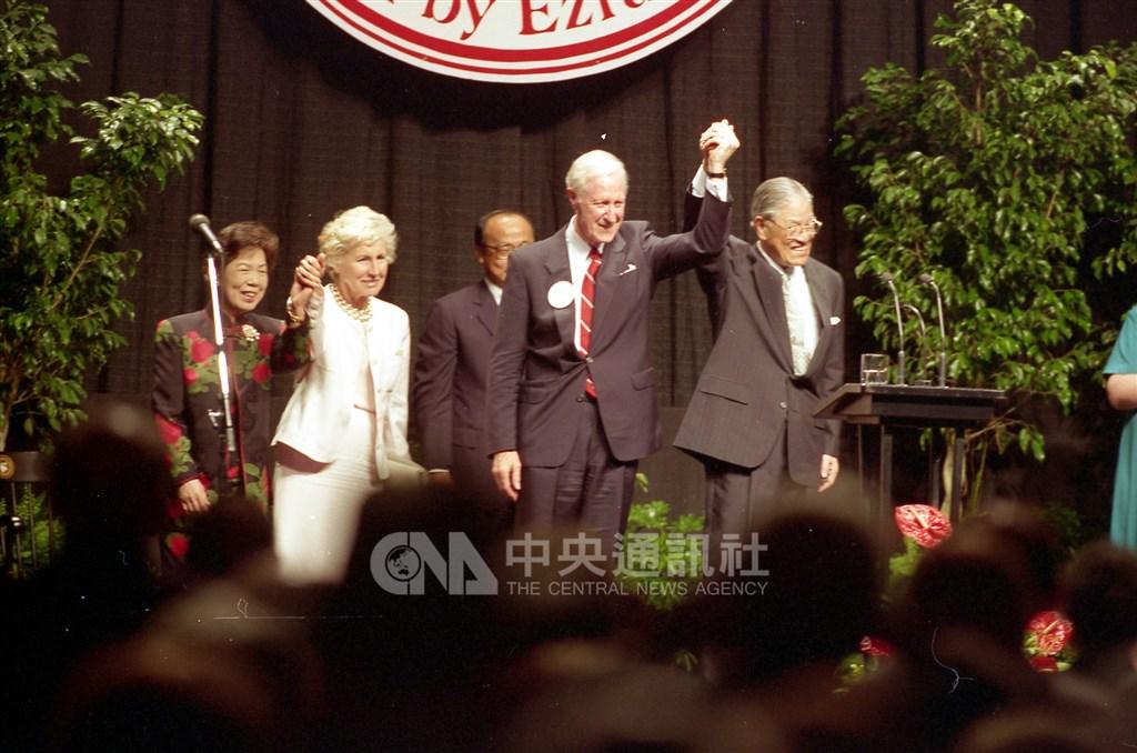 前總統李登輝台北時間30日晚間病逝,美方特使層級備受關注。圖為1995年6月10日李登輝(右1)在美國康乃爾大學演講,與康大校長羅茲夫婦在台上向在場人士致意。(中央社檔案照片)