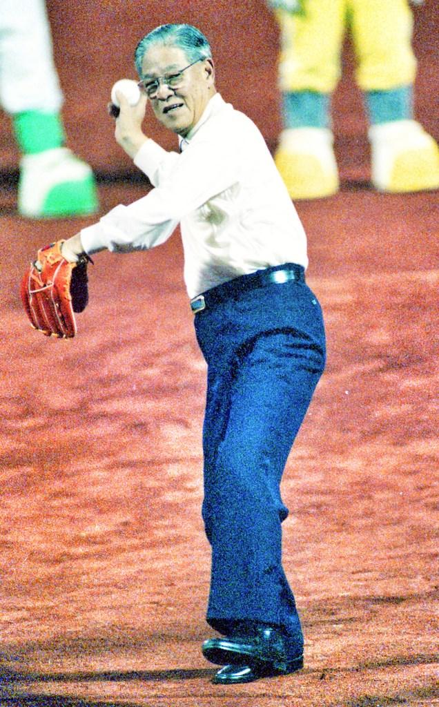 前總統李登輝30日晚間7時24分在台北榮總與世長辭,享耆壽98歲。圖為李登輝於1992年職棒3年應邀到台北市立棒球場,為開幕戰開球的歷史畫面;李登輝同時也是中華職棒史上第一個開球的國家元首。(中華職棒提供)中央社記者楊啟芳傳真 109年7月31日