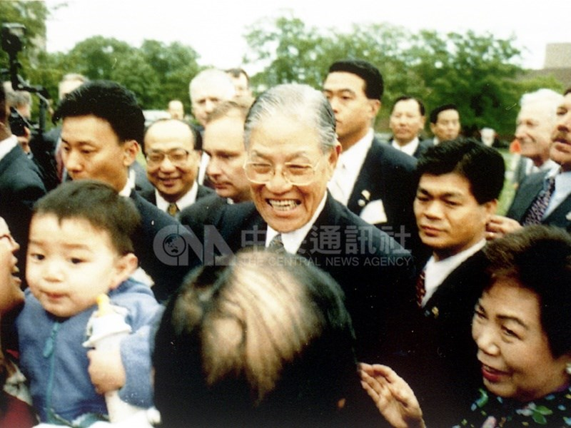 前總統李登輝30日辭世,全球主要媒體發出即時報導,側重描述他對台灣民主的貢獻以及他總統任內緊張的兩岸關係。圖為李登輝(中)1995年訪問母校美國康乃爾大學,受到僑胞歡迎。(中央社檔案照片)