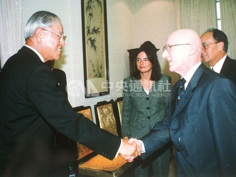 前總統李登輝(前左)1999年7月接受「德國之聲」亞洲部主任克納伯(前右)採訪時,將兩岸定位為「特殊的國與國關係」,這個被外界稱為「兩國論」的主張震驚台海兩岸和全球。(中央社檔案照片)