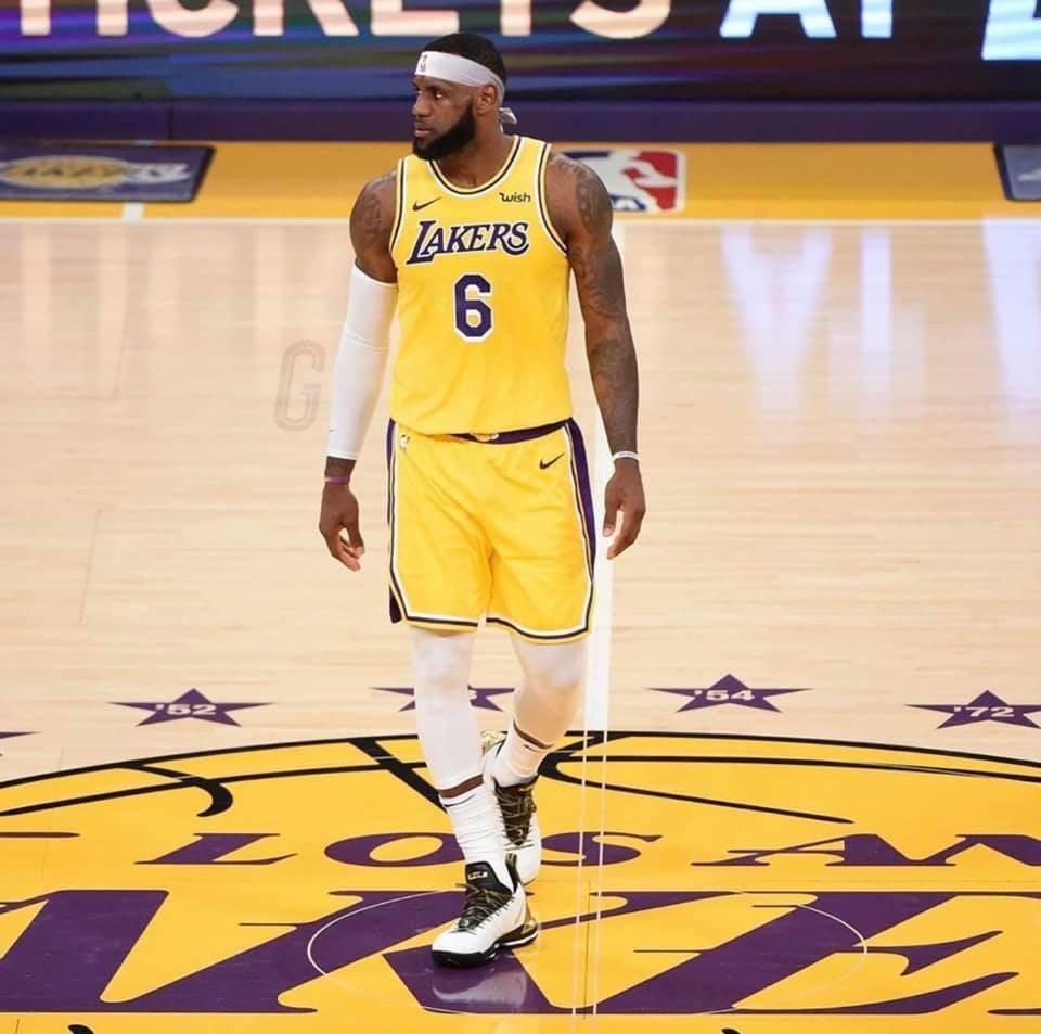 NBA30日復賽首日重頭戲,西區前2的湖人、快艇之戰,詹姆斯在比賽讀秒階段飛身把自己投不進的球放進籃框,湖人靠這關鍵一擊,以103比101擊敗快艇。(圖取自facebook.com/LeBron)