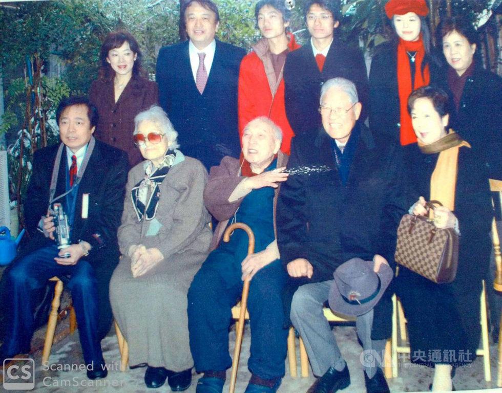 李登輝在卸任總統後第二度訪日是在2004年12月底,12月31日造訪京都大學97歲恩師柏祐賢家。李登輝民間友人王輝生居中安排師生會(前排左)。(王輝生提供)中央社記者楊明珠東京傳真 109年7月31日
