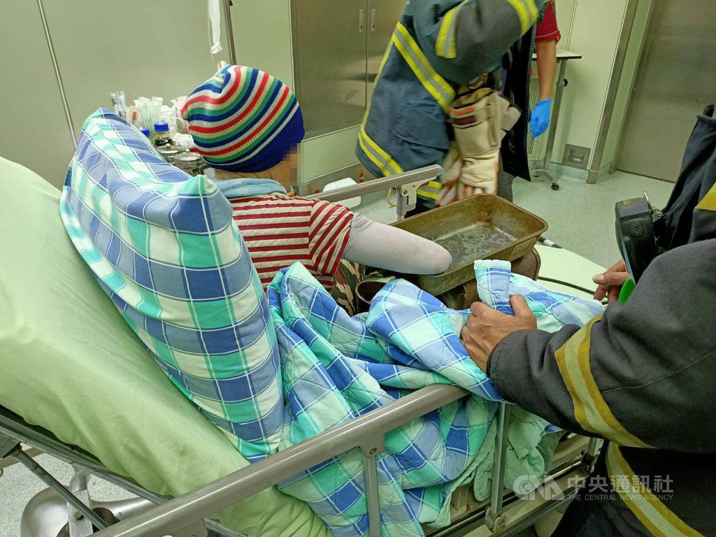 澎湖馬公1日發生69歲婦人遭絞肉機夾傷案,消防局獲報立即前往救援,將婦人連同絞肉機一併送往三總澎湖分院急救。(民眾提供)中央社 109年8月1日