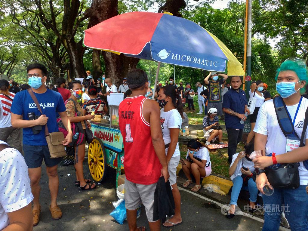 菲律賓封城措施放寬以來,武漢肺炎確診數不斷攀升,總確診數已逼近10萬大關。圖為7月27日總統杜特蒂國情咨文當天,民間團體舉辦示威活動,大批人潮聚集。中央社記者陳妍君馬尼拉攝 109年8月1日